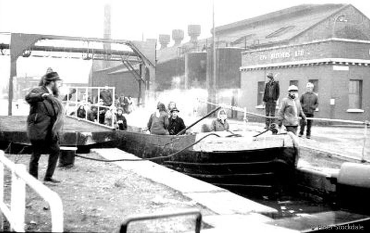 Crabtree Lane lock and swing bridge. photo: Peter Stockdale